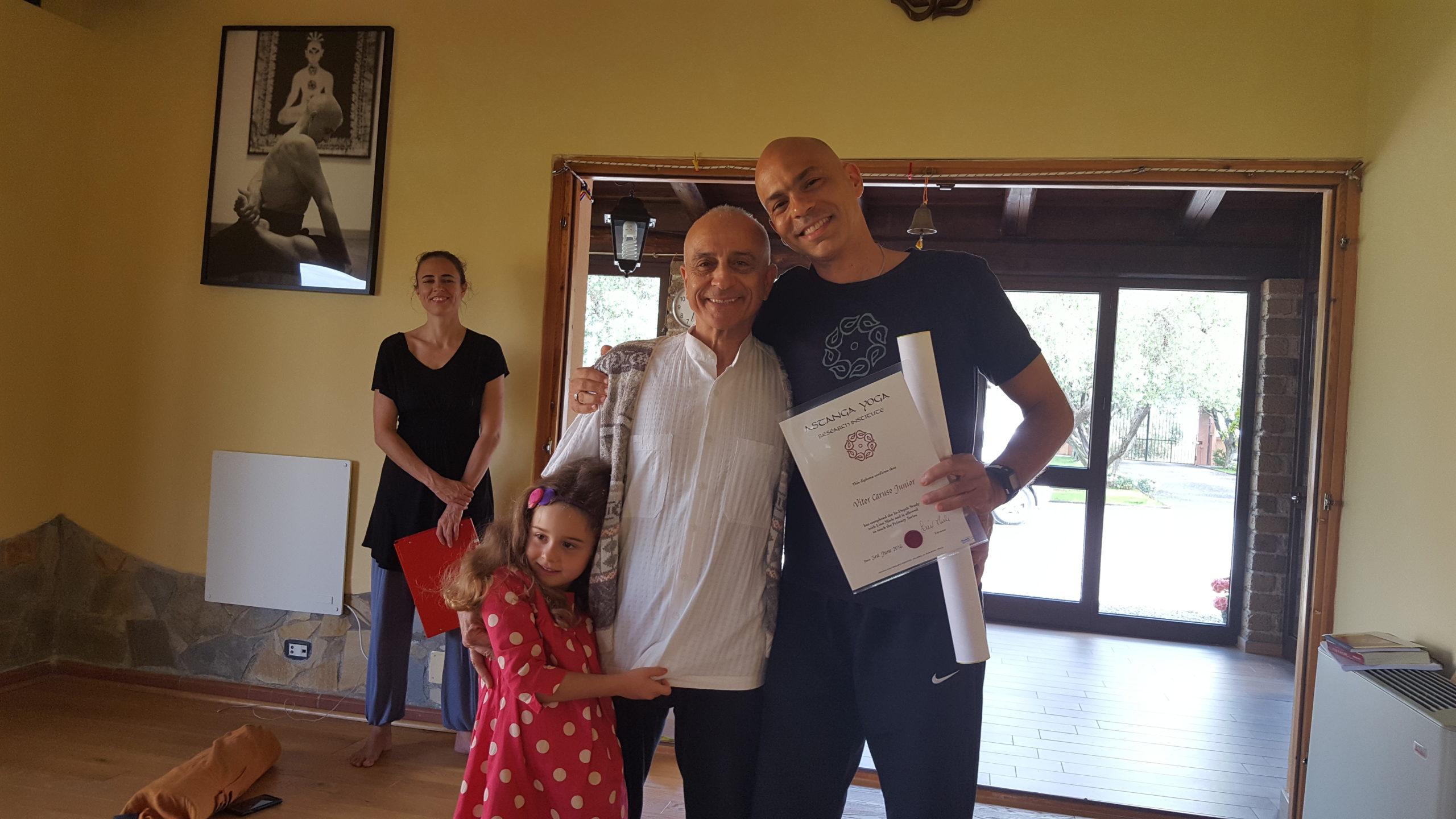 Vitor recebe de Lino Miele a autorização para o ensino do Ashtanga Yoga, seguindo a tradição de como Pattabhi Jois o fazia.