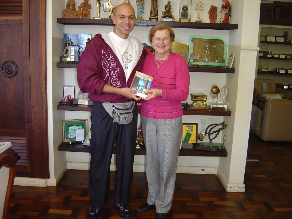Profunda amizade, e admiração, com a Dra. Zilda Arns, fundadora da Pastoral da Criança, que auxiliou por demais Vitor, em seu livro Mestres da Cultura da Paz e na fundação do Conselho de Cultura de Paz de Curitiba.
