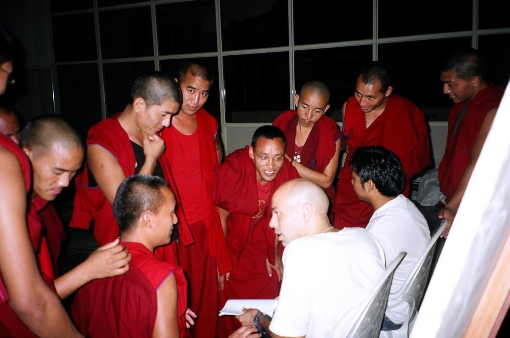 Aulas para monges tibetanos em mosteiro na Índia